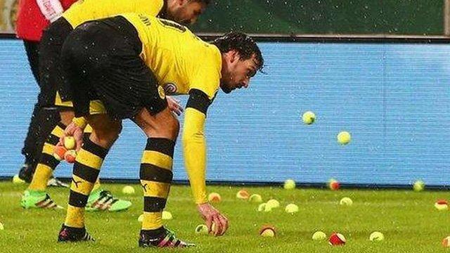 Фанати дортмундської «Боруссії» закидали поле тенісними м'ячами
