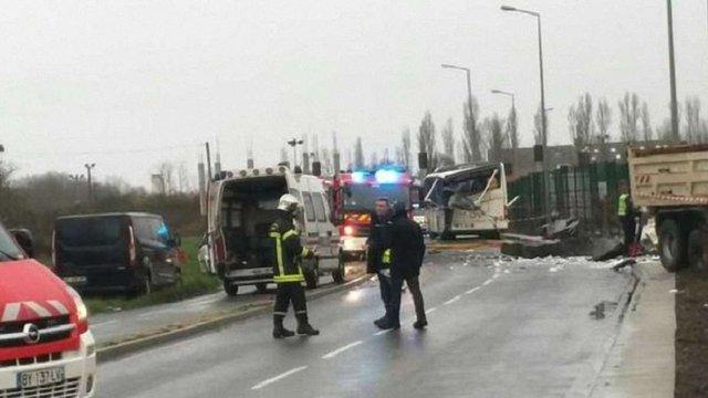 Шестеро дітей загинули внаслідок зіткнення шкільного автобуса та вантажівки у Франції
