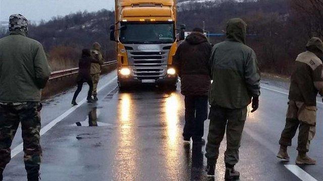 Уночі російські вантажівки не змогли проїхати на Закарпаття через громадську блокаду