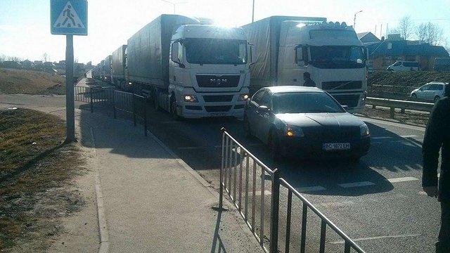 Кілька десятків російських вантажівок, які стояли під Львовом, поїхали додому