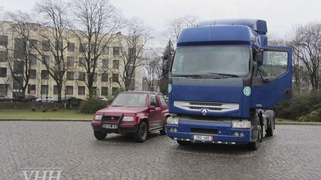 В Ужгороді два конфісковані автомобіля передали на потреби бійців АТО