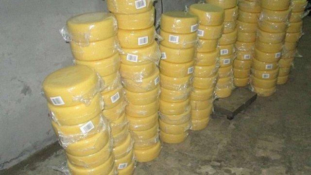 Митники вилучили у львів'янина майже півтонни контрабандного сиру