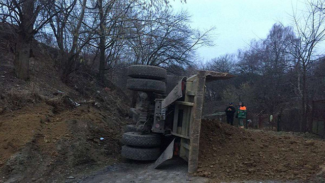 Поблизу парку «Шевченківський гай» у Львові перевернулася вантажівка із землею