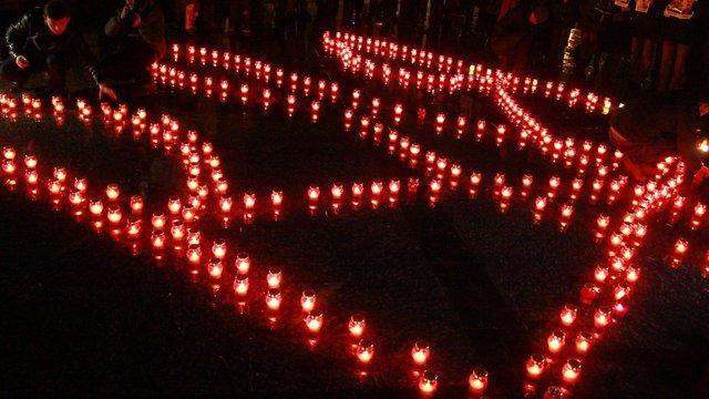 У центрі Львова виклали тризуб зі свічок для вшанування пам'яті Небесної Сотні