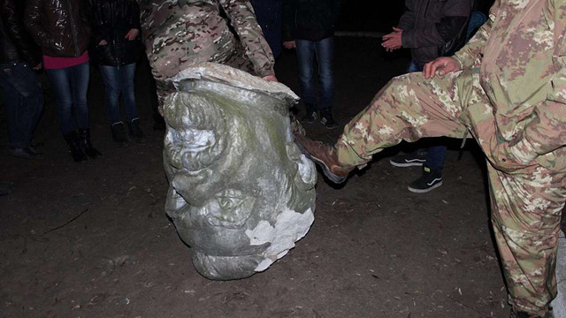 У Первомайську активісти знесли пам'ятник Петровському