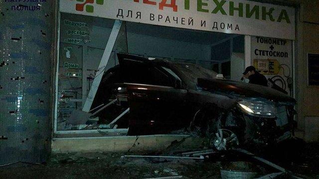 В Одесі водій Mercedes, втікаючи від патрульних, врізався у вітрину магазину