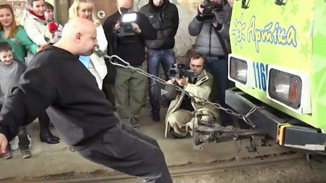 Львів'янин встановлюватиме черговий рекорд України з тяги трамвая зубами