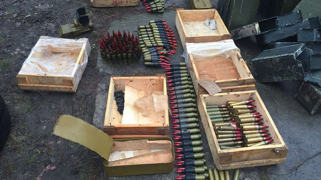 Слідчі ГПУ вилучили у зоні АТО великий арсенал зброї, яку планували продати в Києві