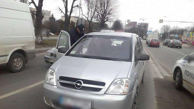 Водій у Львові допоміг поліції затримати п'яного винуватця ДТП, який хотів втекти