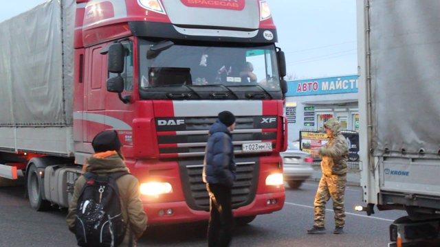 На Львівщині свободівці заблокували проїзд 30 російських вантажівок