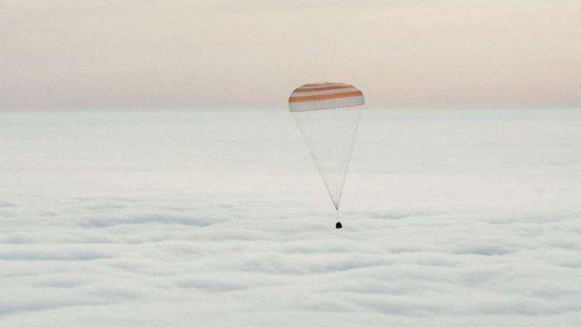 Екіпаж МКС успішно повернувся на Землю після майже року перебування в космосі