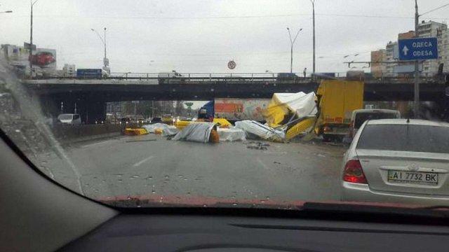 В Києві фура розгубила по дорозі свій вантаж, чим перекрила рух транспорту