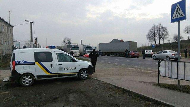 Далекобійники із Закарпаття повністю перекрили трасу у Малих Підлісках, на Львівщині