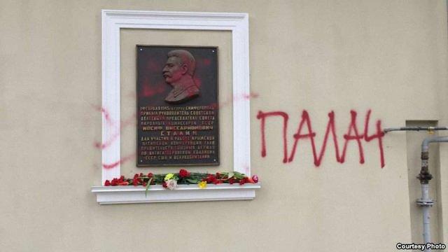 У Криму вимагають покарати авторів напису «Палач» біля меморіальної дошки Сталіну