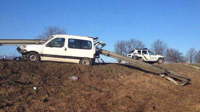Внаслідок ДТП на Львівщині відбійник наскрізь пронизав автомобіль