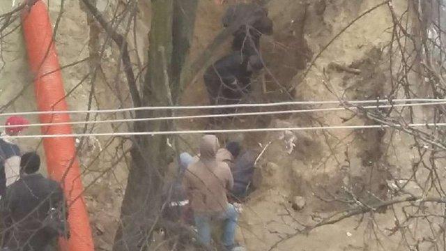 На будівництві у Львові двох робітників засипало землею