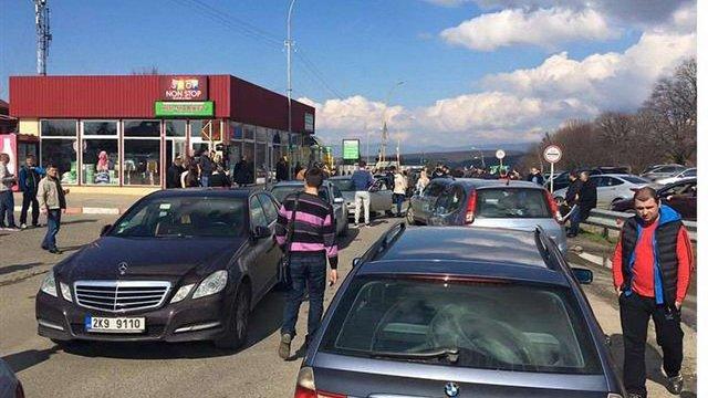 На Закарпатті автомобілі з іноземними номерами заблокували прикордонний КПП