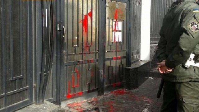 В Одесі російське консульство закидали яйцями і фарбою