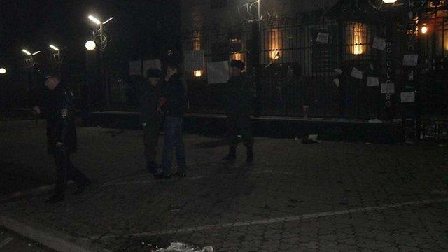 Поліція відпустила людей, які закидали російське посольство у Києві «коктейлями Молотова»