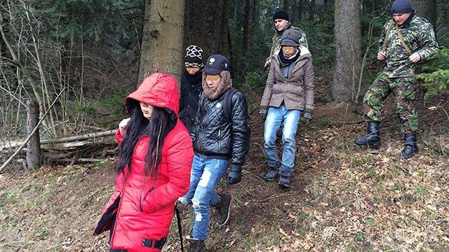Львівські прикордонники затримали групу нелегальних мігрантів з В'єтнаму