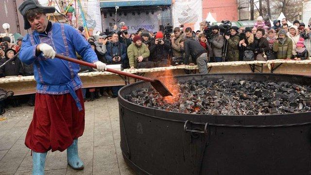 В Москві встановлення рекорду з випікання найбільшого млинця закінчилось провалом