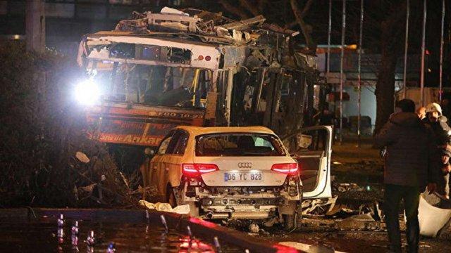 В центрі столиці Туреччини на зупинці вибухнув замінований автомобіль