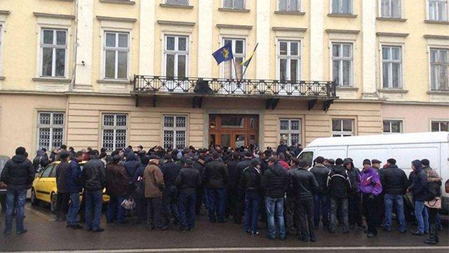 Під Львівською обласною радою відбуваються одразу три пікети