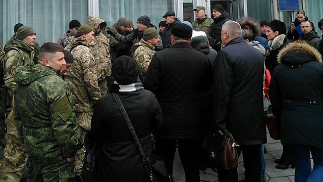 Невідомі у камуфляжі штурмували комітет фінансової політики Верховної Ради