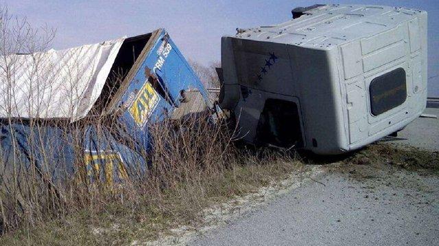 На трасі Київ-Чоп через несправність перекинулась вантажівка