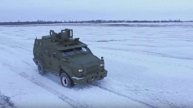 Українським військовим представили новий бронеавтомобіль «Барс-8»