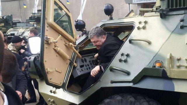 Порошенко в Харкові випробував новий БТР
