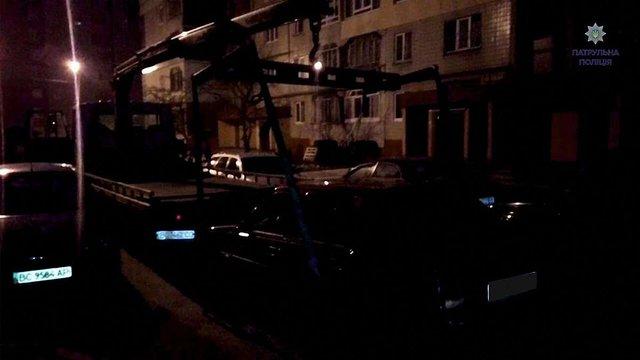 Поліція забрала автомобіль у злодіїв, які намагалися вкрасти бордюри