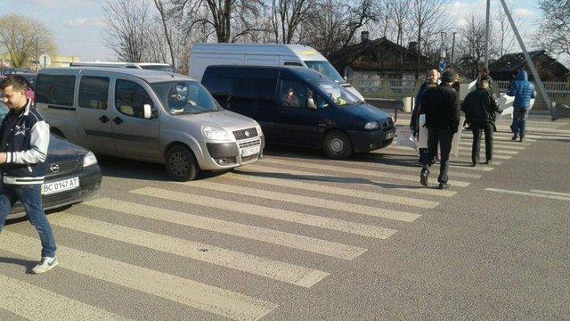 Власники автомобілів на іноземній реєстрації тимчасово перекрили трасу під Львовом