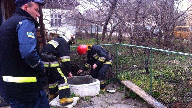 У Львові рятувальники витягнули жінку із колодязя
