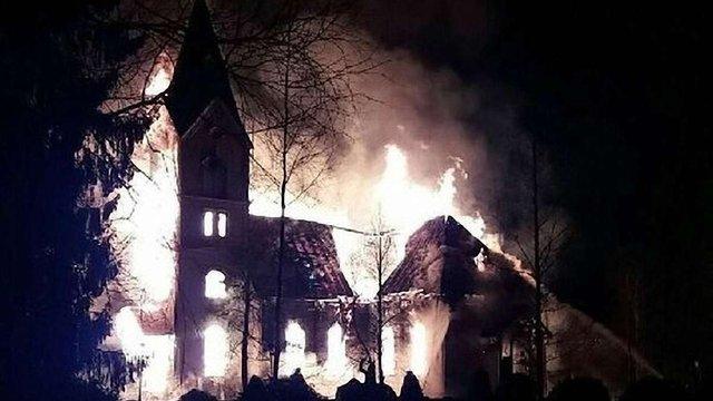 У Фінляндії перед великодньою месою спалили старовинну церкву