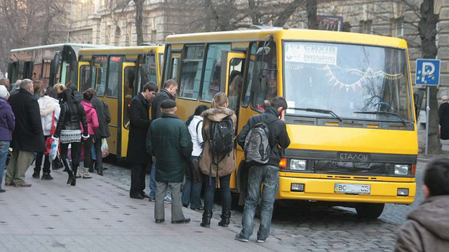 Водіїв двох маршруток у Львові оштрафували за висадку пасажирів на перехресті