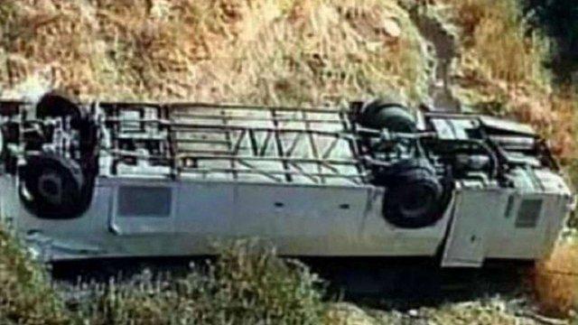 У Мексиці пасажирський автобус впав з 30-метрового обриву