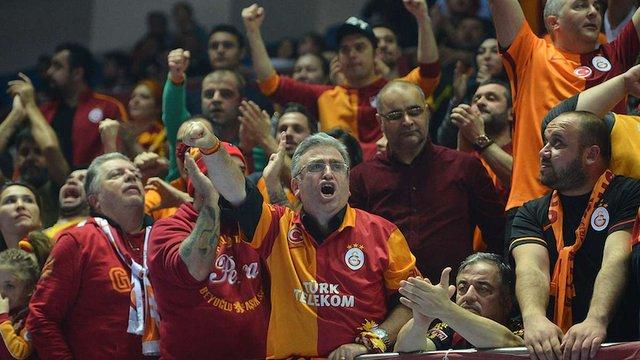 Турецькі вболівальники закидали російських волейболісток сміттям
