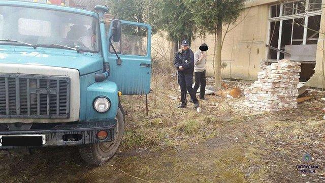 Патрульні у Львові затримали на «гарячому» викрадачів цегли