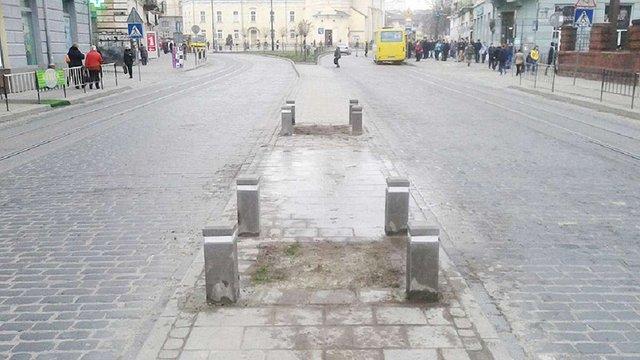 На Городоцькій у Львові відновили знищені внаслідок ДТП бетонні стовпці