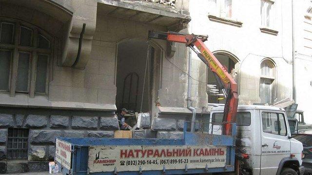 У центрі Львова вкотре в історичному будинку з вікна зробили двері