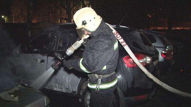 На автостоянці у Львові горіли три автомобілі