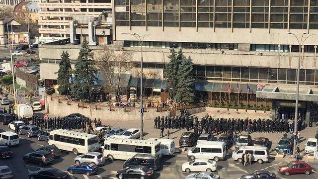 У Києві спецназ поліції силою вивів з готелю «Либідь» групу людей в камуфляжі