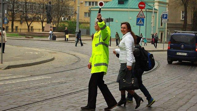 «Львівавтодор» наймає людей для переведення школярів через дорогу