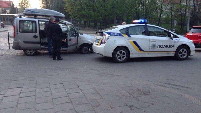 У Львові п'яний водій їхав на автомобілі без колеса