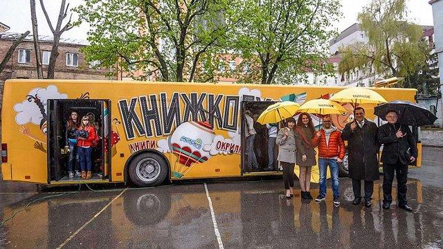 На вулицях Києва з'явився перший в Україні автобус-бібліотека
