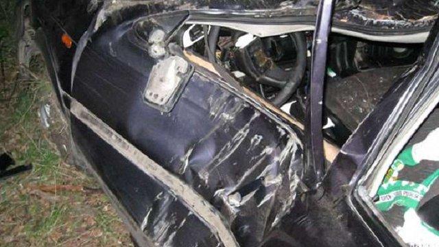 На Львівщині машина влетіла в дерево: двоє людей загинули, одна травмувалась