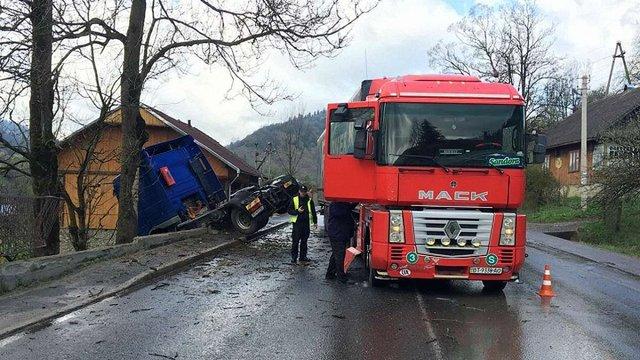 У гірському селі на Львівщині зіткнулися дві вантажівки