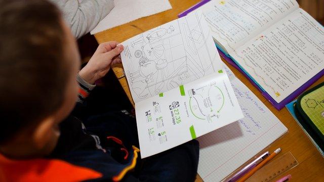 Львівські активісти роздають дітям розмальовки з безпеки дорожнього руху
