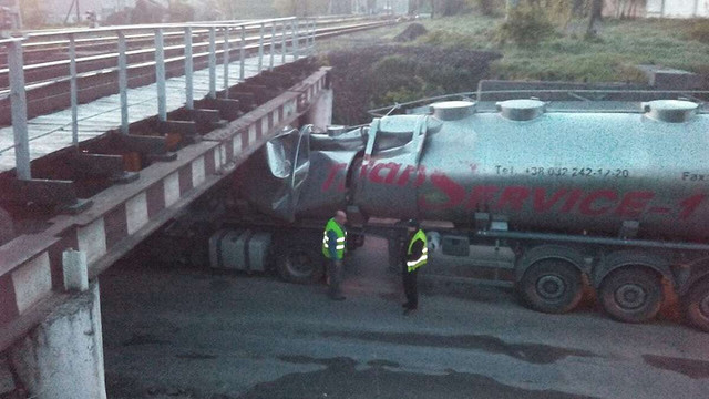 Автоцистерну з-під моста у Львові витягнули за допомогою залізничного крану